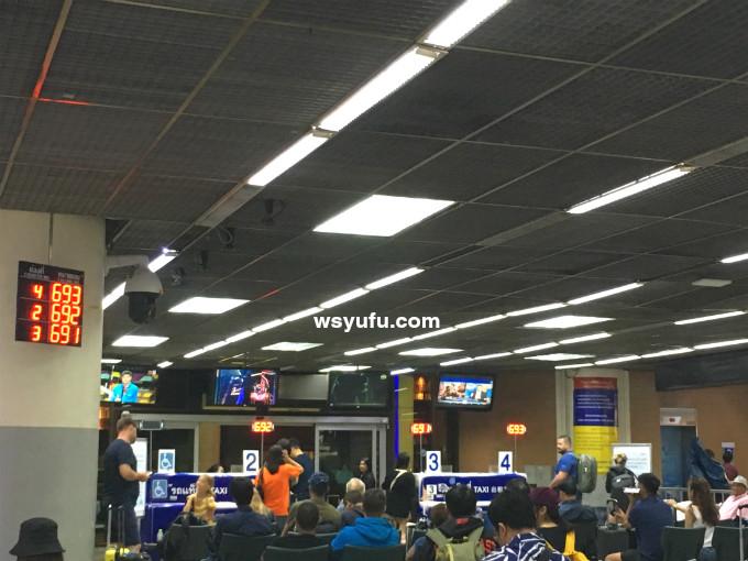 バンコク ドンムアン空港 タクシーカウンター 到着出口出て左へ進みましょう