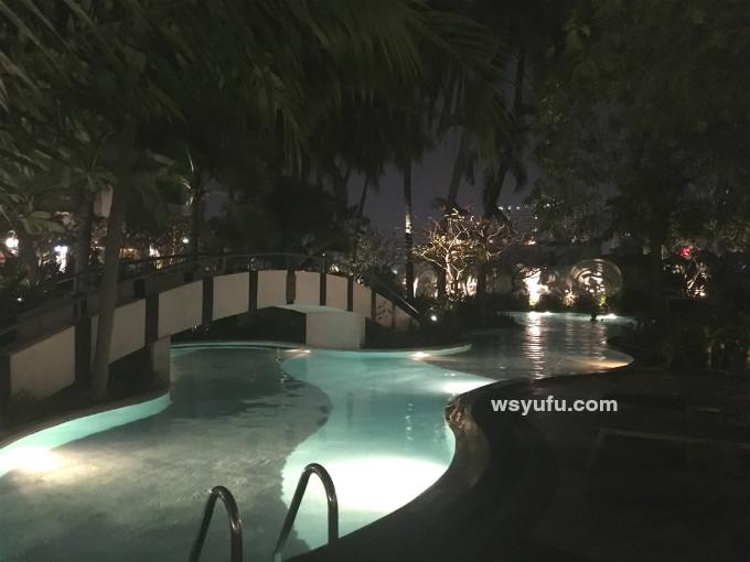 タイバンコク家族旅行 チャトリウムレジデンスサトーンバンコク 屋外リゾートナイトプール